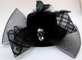 Элегантная шляпка с вуалью, бантом и стразом  чёрного цвета на двух заколках