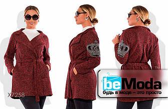 Оригинальное женское пальто расклешенного кроя с поясом в комплекте бордовое