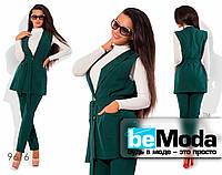 Привлекательный женский костюм из жилета с накладными карманами и прямых брюк  зеленый