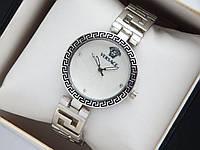 Женские кварцевые наручные часы Versace серебристые, с орнаментом