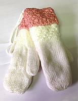 Женские варежки Корона вязка/махра, белые с коралловым манжетом