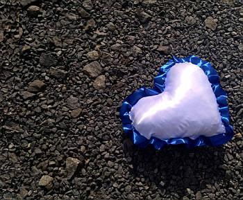 Подушка атласна серце, рюш синій