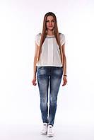 Женские джинсы со средней посадкой.