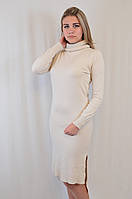 Теплое приталенное платье с удлиненной спинкой и воротником хомутиком