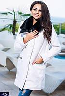 Женское пальто букле на молнии с кожаным воротником белого цвета.  Арт - 18066