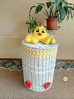 Яскрава корзинка плетена для іграшок. Яркая корзинка плетеная для игрушек.
