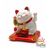 Кошка удачи Манэки Нэко машет лапой