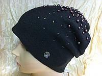 Женская шапочка украшенная бусинками цвет коричневый