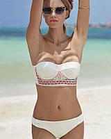Женский купальник без беретелек белого цвета с элементом орнаментом