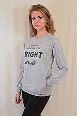 Серый трикотажный свитшот украшен надписями, с карманами, фото 3