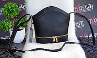 Сильная черная маленькая сумочка.