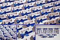 Рассадочные карточки с синей ленточкой под свадьбу в синих тонах