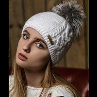 Женская вязаная белая шапка с меховым помпоном