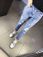 Женские джинсы-рванки весна-лето 2017 модного фасона декорированы жемчугом. Фабричный Китай