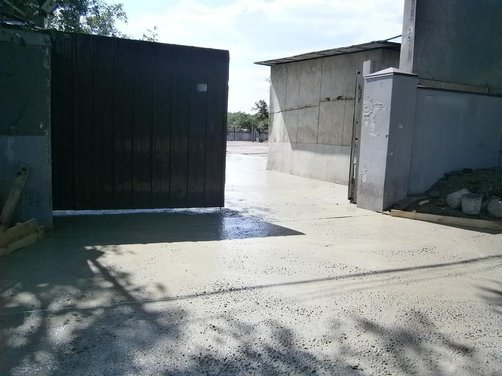 Около 14:00 второго дня работы, внутри всё залито, ворота закрываются.