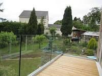 Балконное стеклянное ограждение с видимым алюминиевым профилем
