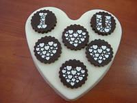 Шоколадное сердце с признанием в любви — великолепный подарок для влюбленных