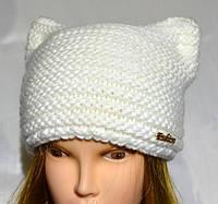 Белая вязанная шапка с ушками