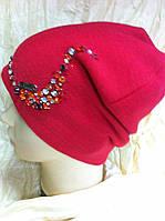 Шапочка красного цвета  украшенная крупными камнями
