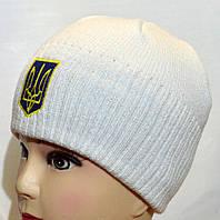 Белая шапка с вышитым тризубом