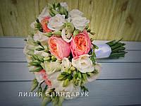 Свадебный букет невесты из пионовидной розы, фрезии и эустомы