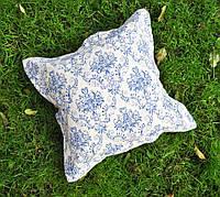Подушка декоративная 40х40см. Вензель синий с оборкой.