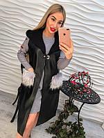 """Женская, удлиненная жилетка из экокожи на искусственном каракуле """"С меховыми карманами и капюшоном"""""""