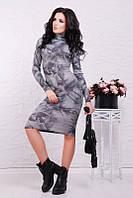 Приталенное женское платье с абстрактным принтом