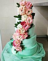 Лучший свадебный торт  в мятном цвете с каскадом цветов