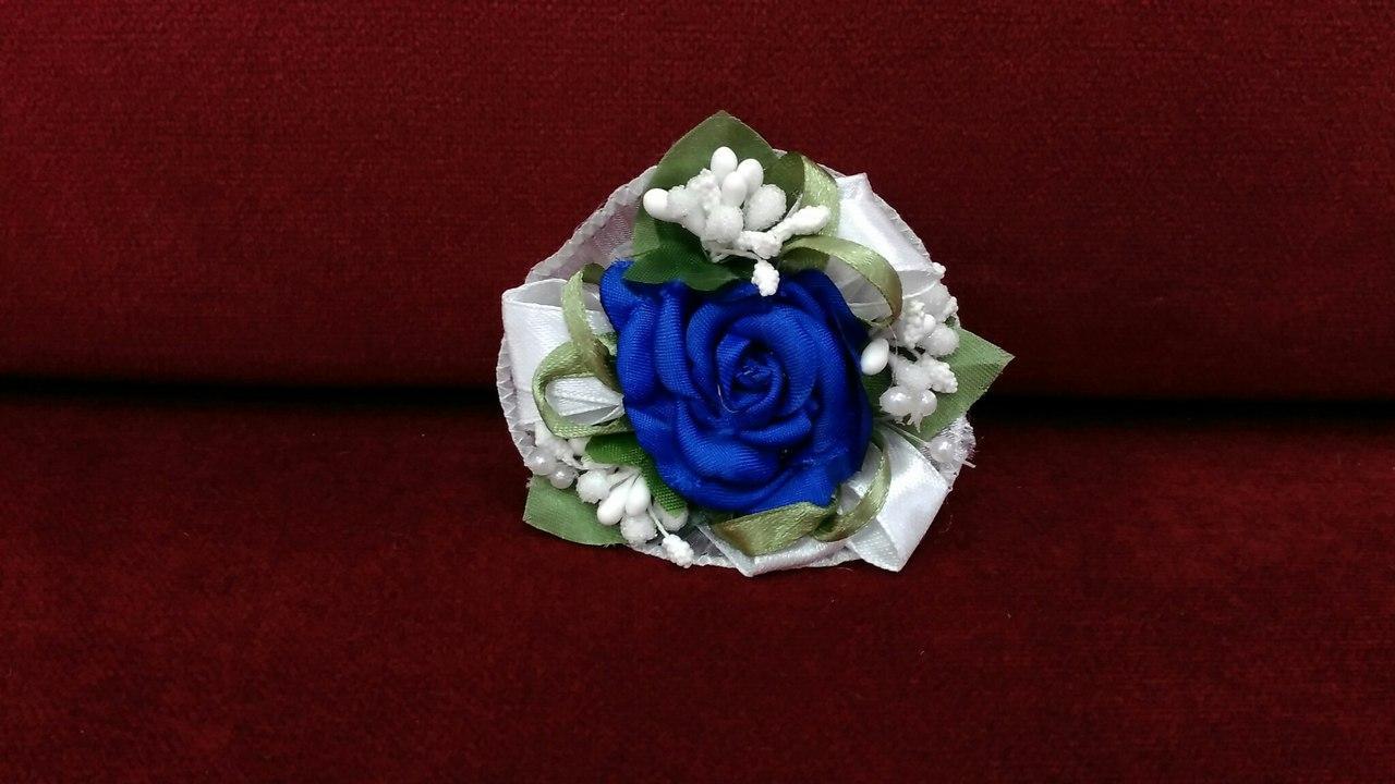 Бутоньерка на руку синяя (цветочный браслет)