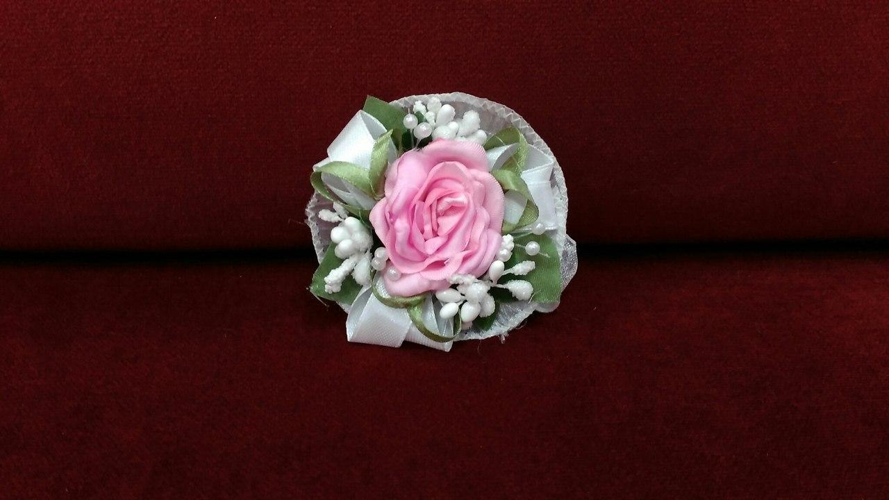 Бутоньерка на руку (цветочный браслет) розовая