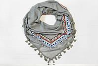 Красивый платок с ярким принтом