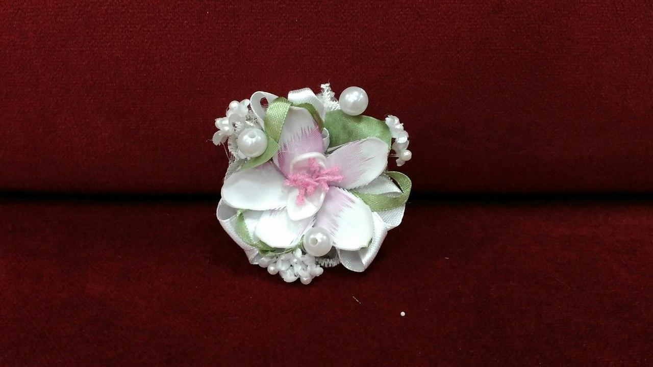 Браслет квітковий з нарциса (бутоньєрка на руку) білий з рожевим