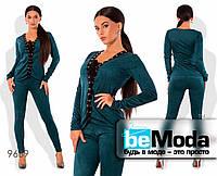 Эффектный женский костюм из кофты на шнуровке и облегающих брюк зеленый