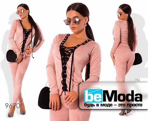 Эффектный женский костюм из кофты на шнуровке и облегающих брюк розовый