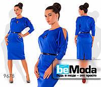 Нарядное женское атласное платье с вырезами на плечах электрик