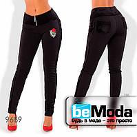 Утепленные женские брюки с декоративной вышивкой черные