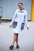 Женское прямое пальто с натуральным мехом на карманах 140224