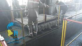 Установка деревянного щита на пресс, в дальнейшем на нем будет производится подготовка ленты для вулканизации