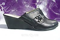 Классические, черные кожаные сабо на невысокой танкетке, от производителя.