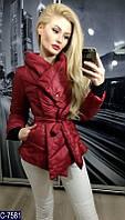 Стильная осеняя дутая куртка на запах с поясом на синтепоне красного цвета.  Арт - 18093