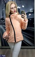 Демисезонная короткая женская куртка  косая молния бежевого цвета.  Арт - 18095