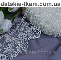 Кружево  белого цвета с шёлковой нитью, ширина 7 см.