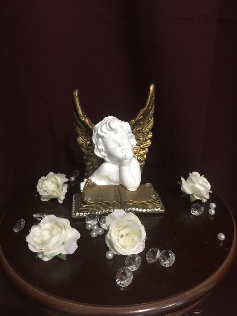 Ангел гипсовый Сидящий на книге покраска золото