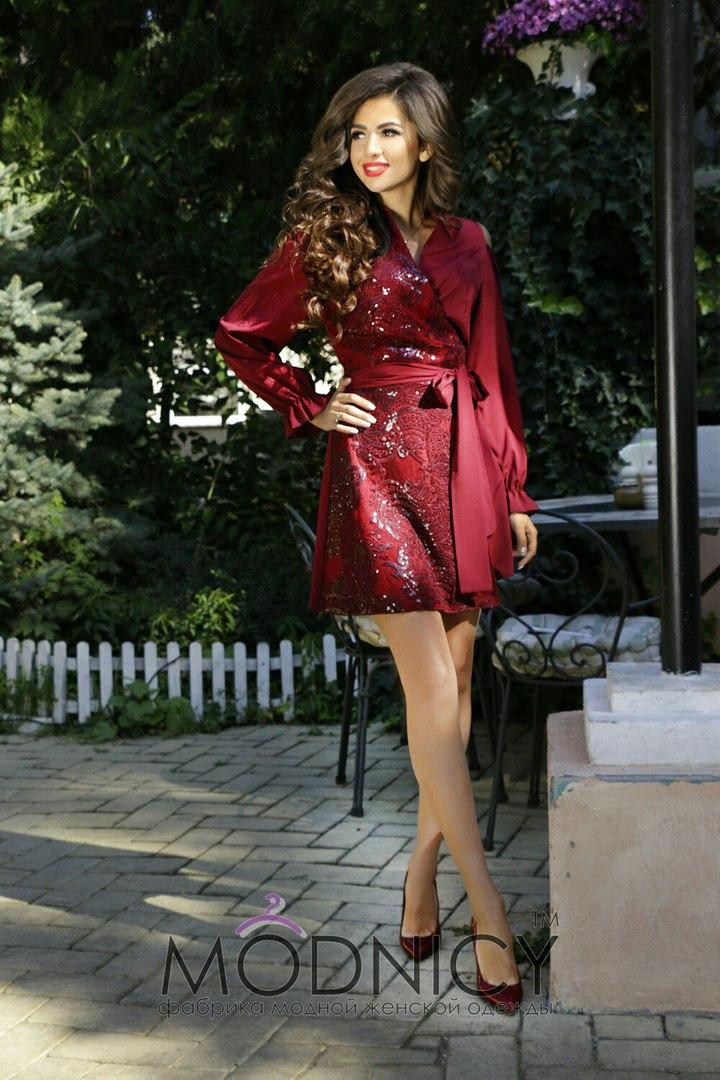Очень красивое шёлковое платье с вышивкой из пайеток.
