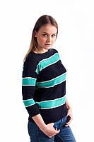 Синий свитер в широкую полоску