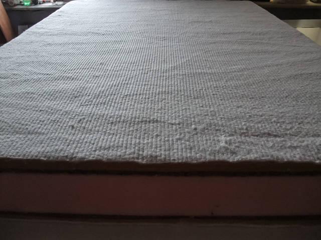 Сверху ХБ-ватин белого цвета