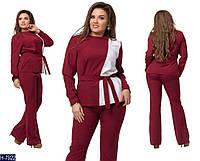 Модный батальный костюм под пояс с двухцветной кофтой: бордовый с белым. Арт-14141