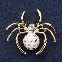 """Брошь """"Золотой паук"""" 4х4,5см инкр. Халиотисом, белая эмаль, желтый металл"""