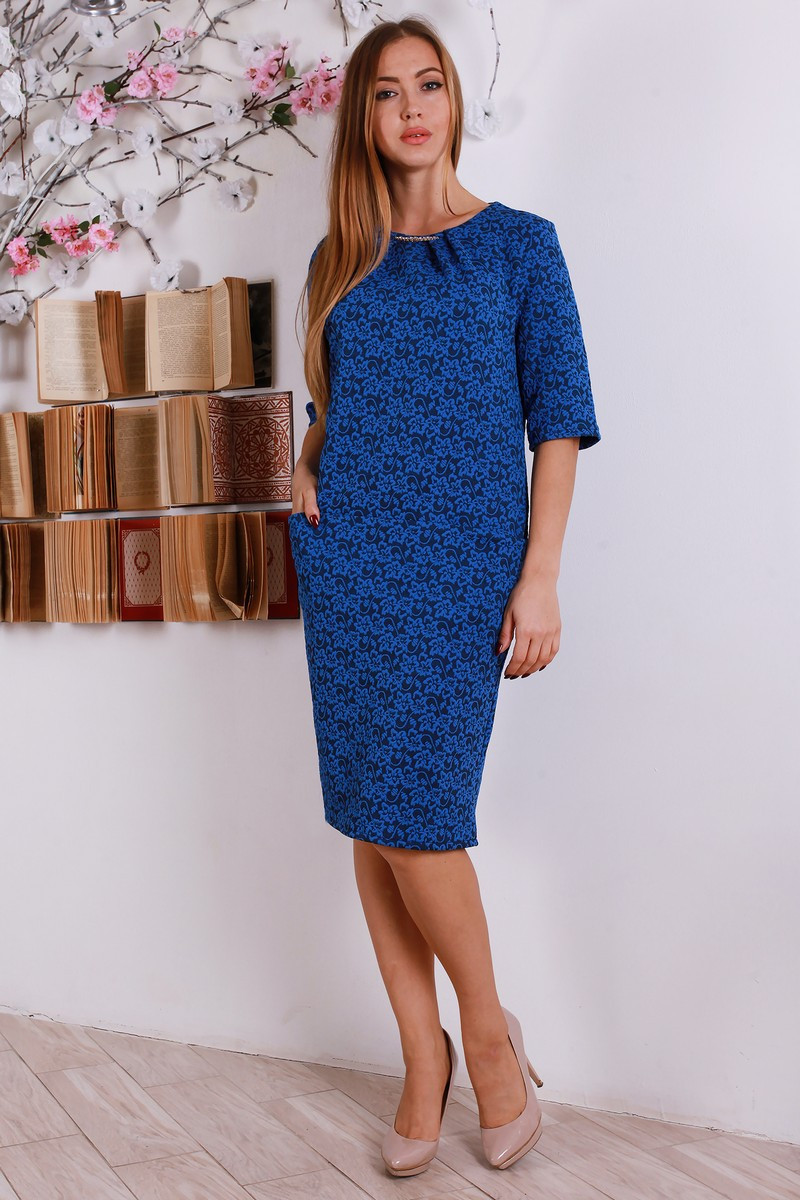 Красивое женское платье миди с украшение на горловине, большие размеры